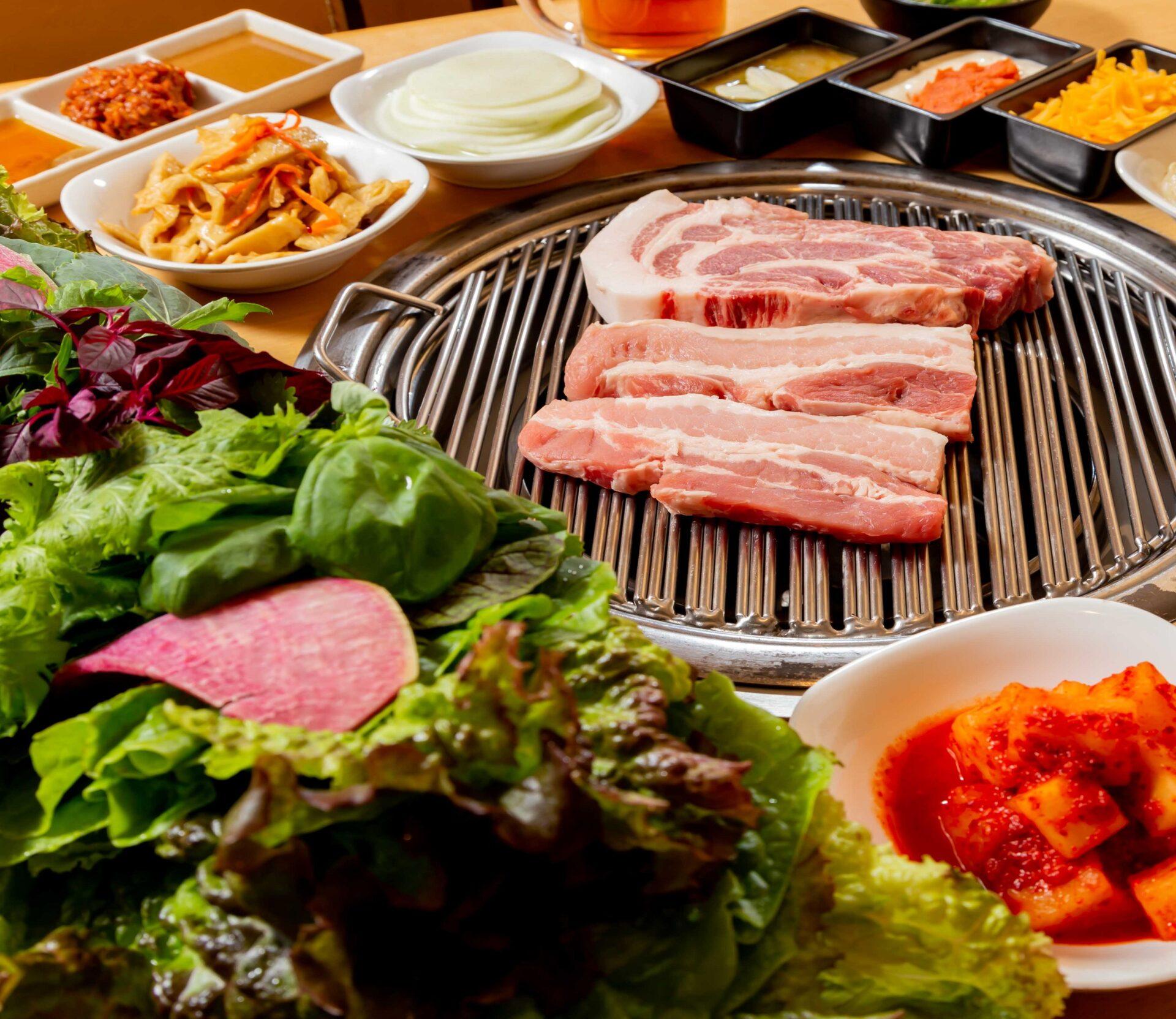 赤坂田町通りにあるサムギョプサルと新鮮野菜が楽しめる「やさい村大地 赤坂田町通り店」の「サムギョプサルと新鮮野菜」の画像