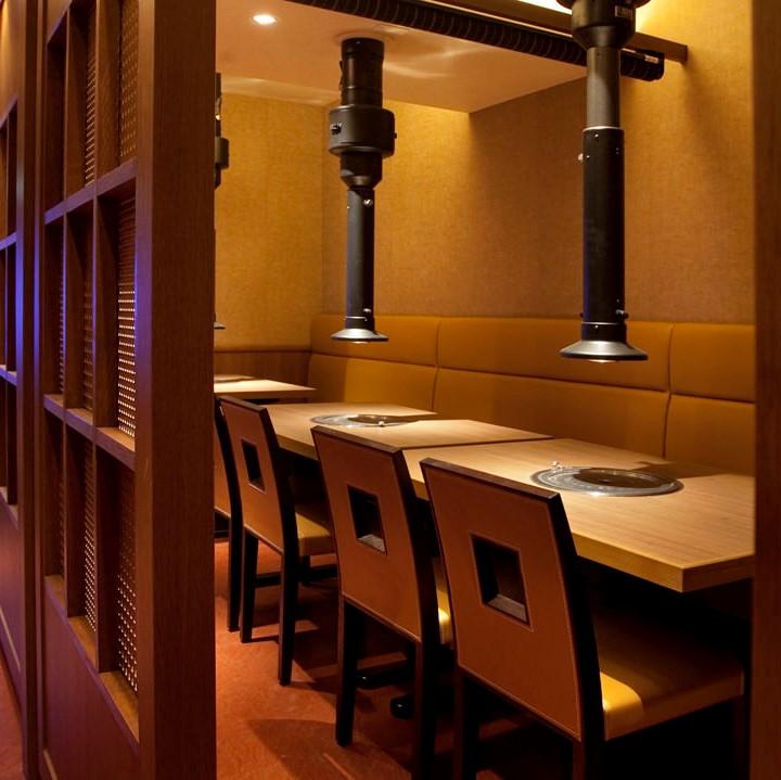 赤坂田町通りにあるサムギョプサルと新鮮野菜が楽しめる「やさい村大地 赤坂田町通り店」の「少人数でも使える半個室テーブル席」の画像
