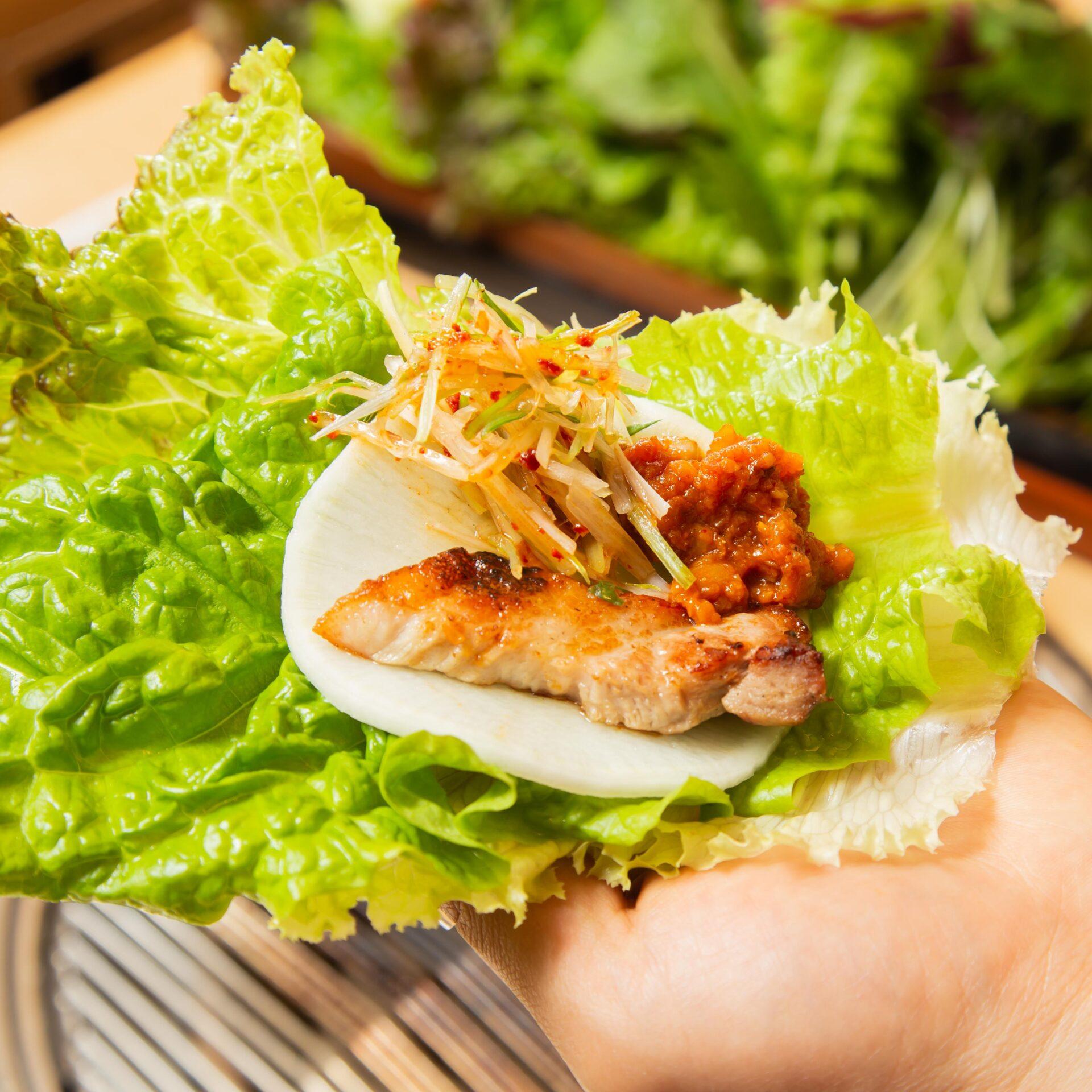 赤坂田町通りにあるサムギョプサルと新鮮野菜が楽しめる「やさい村大地 赤坂田町通り店」の「新鮮な野菜で包むサンパ」の画像
