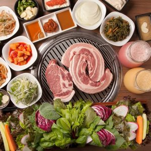 赤坂の韓国料理で野菜たっぷりのサムギョプサルを堪能