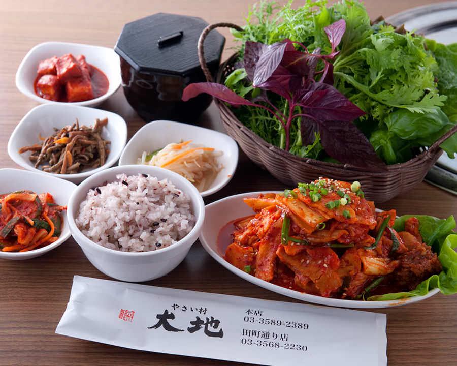 赤坂田町通りにあるサムギョプサルと新鮮野菜が楽しめる「やさい村大地 赤坂田町通り店」の「豚キムチサンパ定食」の画像