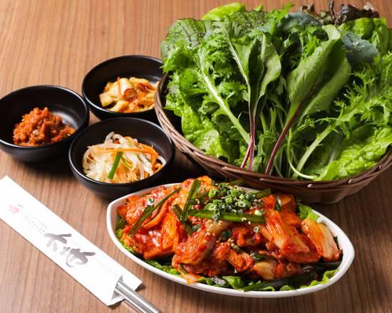 赤坂田町通りにあるサムギョプサルと新鮮野菜が楽しめる「やさい村大地 赤坂田町通り店」の「豚キムチサンパ弁当」の画像