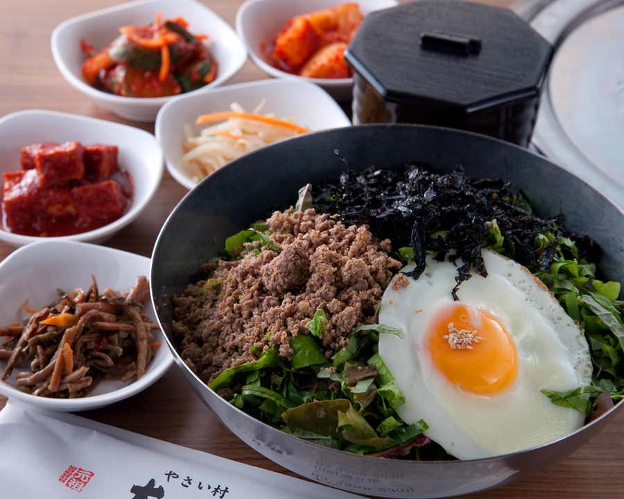 赤坂田町通りにあるサムギョプサルと新鮮野菜が楽しめる「やさい村大地 赤坂田町通り店」の「野菜ビビンバ」の画像